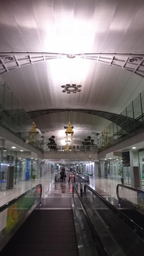 勤務終了後に関西空港00:30出発し04:30バンコク スワンアプーム空港に到着です。噂通りの到着口からイミグレまでの長い長い距離をひたすら歩きます。5分は歩く?10分はかからない?位の距離でした。やっとイミグレに到着・・審査場は長蛇の列で一人一人にかける時間が長い・・かといって質問は特にしていない(−−)疲れた。飛行機から出て空港出るまで一時間はかかりました。