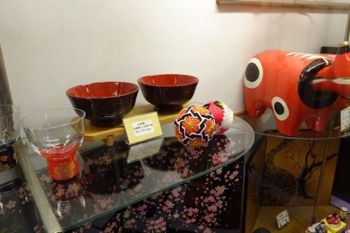 廊下に会津の工芸品が飾ってありました。
