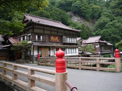 玄関先までちょっと散策。<br /><br />東山温泉は旅館・ホテルだけでお店は羊羹屋さんだけだとか(未確認)。