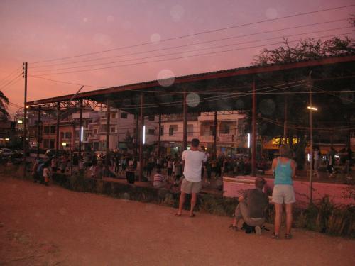 メコン川沿いで、地元民がダンス。