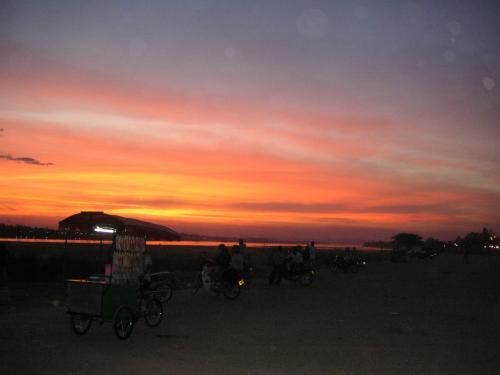 メコンに沈む夕陽。