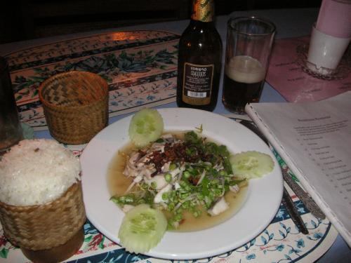 ラオスを代表する料理ラープとカオ・ニャオ(もち米)、黒ビアラーオ。
