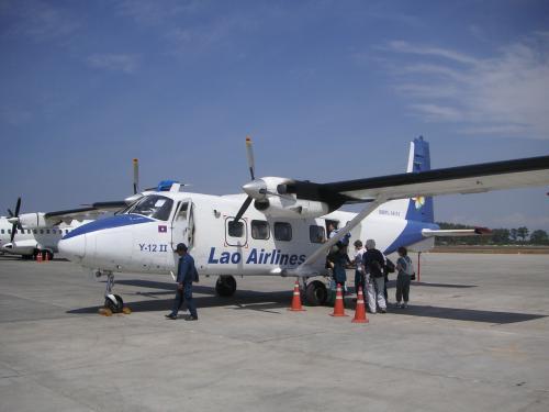 翌日、日本で手配したビエンチャン12時発の国内線でルアンナムターに。ラオス航空Y-12、17人乗りの小型プロペラ機。