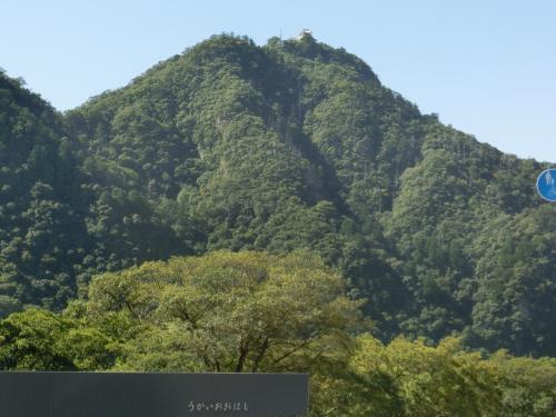 長良川を挟んで、こちらは金華山。<br />山頂に岐阜城が見える。