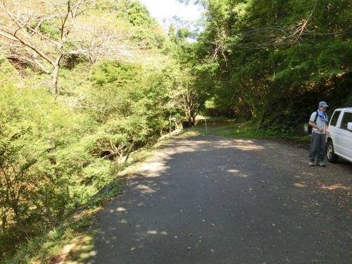 松尾池のそばに数台停められる駐車場があったが、ほぼ満車。<br />なので松尾池を過ぎて、車止めがある所まで行って駐車した。