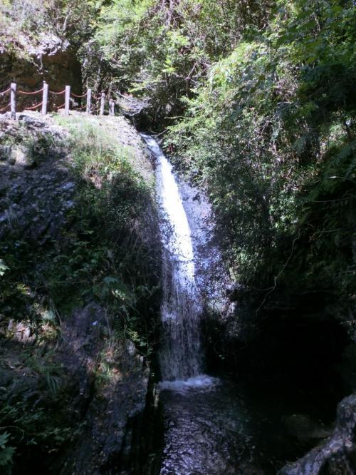 さっきより少し落差の大きい滝。<br />萩の滝というらしい。