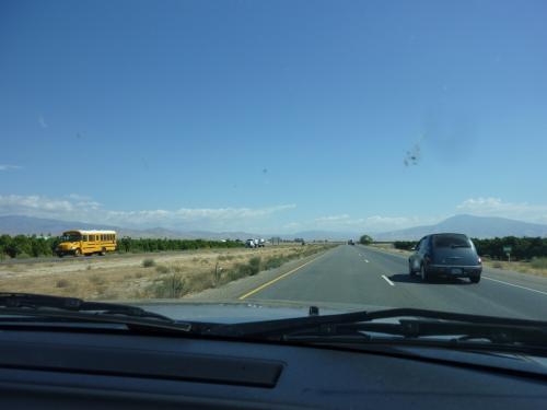 サクラメントからラスベガスへ車で向かいます。<br />サクラメント市内の移動で燃料を使っていたので、<br />早めの給油をしました。