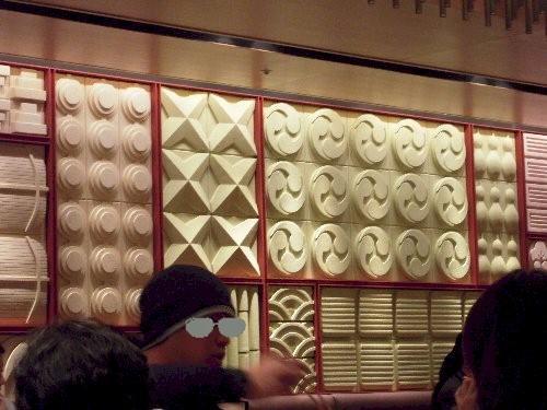 店内の壁のデザインは、ネット娘のTちゃんが大好きな落雁にそっくりで美味しそうでした。(笑)