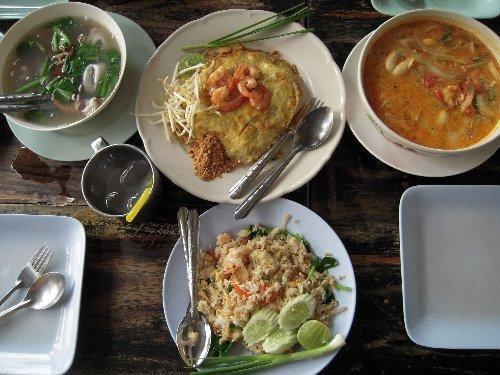 料理は右上からトムヤムクン、バッタイ(麺)、極太麺入り野菜スープ、エビチャーハンです。