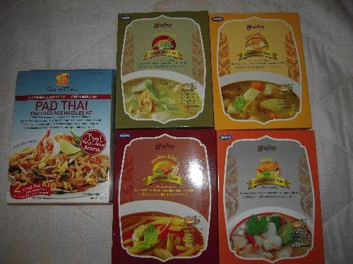 食後は近くのフジスーパーへ寄って、レトルトのタイカレー(赤・黄・緑)やトムヤムクンを買い込んだので重いこと!
