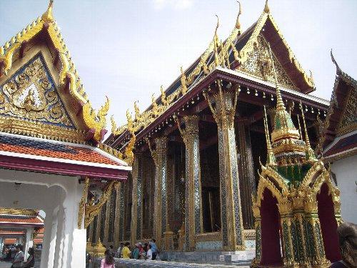 ワット・プラケオ(エメラルド寺院)2<br /><br />御本尊のエメラルド仏は緑色の翡翠でできていて、本堂の柱は色とりどりの石がはめ込まれて輝いています。