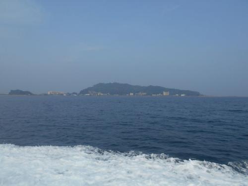 右手に高島が見えます。こちらにも炭鉱がありましたが、1986年に閉山となりました。