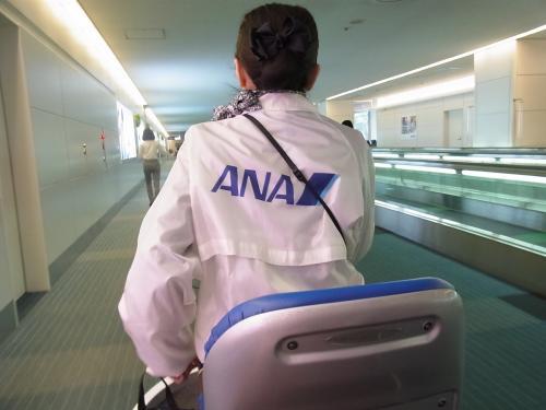 【羽田空港】<br /><br />一度乗ってみたかったんです。<br />最終案内があってから並ばずにセキュリティチェックして搭乗券みせて乗りました。(いつもこのパターンなんですがね〜)<br /><br />さすがに10前だけあって飛ばしてくれます!<br />
