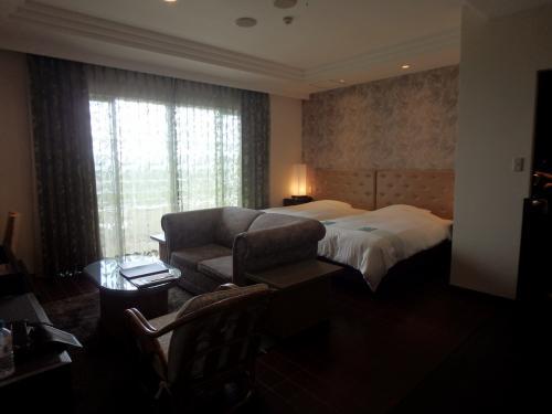 琉球モダンというお部屋。写真のリビングのほかに和室タイプの寝室もあり、計4台のベッドがあるお部屋です。<br />広くてリラックス出来ますし、とても綺麗でアメニティ類も充実していて、お部屋の満足度は高いです!