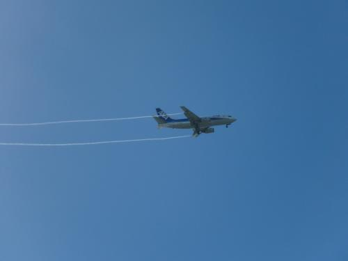 ホテル上空を飛ぶANA機。プールサイドからの眺めです。<br /><br />ただのんびりしながら過ごす休日は、アッという間に時間が経ってしまいました。