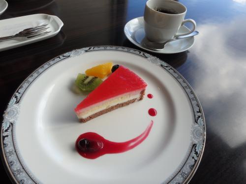 """無料のウェルカムドリンクとデザート。""""本日のケーキ""""とコーヒーを頂きました。"""