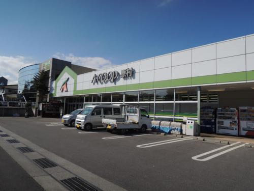 原村のスーパー。ここでりんごを買った。西日本のスーパーに並んでいるりんごよりも赤かったのを覚えている。