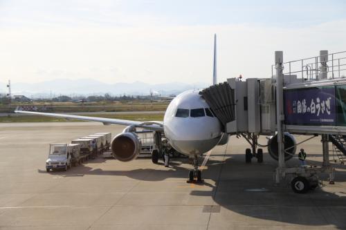 米子空港には定刻より遅れて8:23にタッチダウン。米子空港は自衛隊が管理する空港で、自衛隊機を見ながらターミナルビルの3番ゲートに到着します。<br />エンジンが切られたのが27分でしたので少し遅れた程度です。<br /><br />この時間まだサンライズはまだ米子駅に到着していません。昔は夜行列車の方が早く到着するので重宝がられたものですが、今は飛行機の方が早いと言うのも・・・<br /><br />