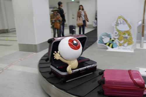 ターンテーブルにはスーツケースから飛び出した目玉の親父が回ってました。<br /><br />さすが、米子・鬼太郎空港だ。<br /><br />妖怪の洗礼ですなぁ