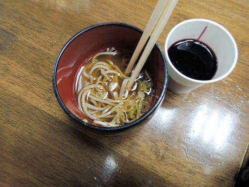 フレンチブルーミーティングの前夜祭では、さまざまな食べ物のほか、お酒やソフトドリンクが食べ放題、飲み放題である。こちらは、蕎麦と赤ワイン。