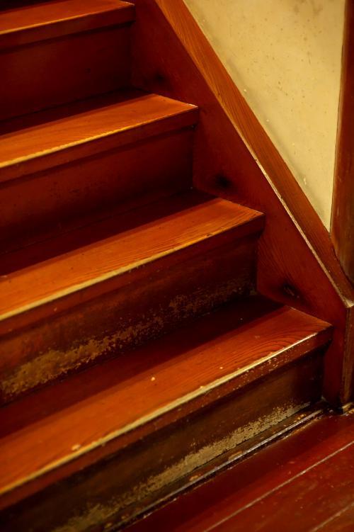 とりあえずお部屋に案内していただきます。<br /><br />もちろんですけど荷物はすべてスタッフが持ってくれます。しかもコロコロが付いている重いカートでも持ち上げて運んでいます。おそらく廊下に傷が入るのを防ぐためなのでしょう。<br /><br />ピカピカに磨かれた古い木製の廊下。<br />ここを歩くだけでも来る価値があると私は思いますよ。