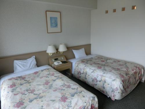 ホテルアンビエント蓼科アネックス2号棟4階のお気に入りの部屋(写真)に入る。今回は我々夫婦と娘夫婦の大人4名で来たので、ツインルームを2部屋予約した。
