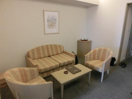 リビングのスペース(写真)がツインベッドと仕切られているので「リビングルーム+ベッドルーム」の感覚で利用できる。