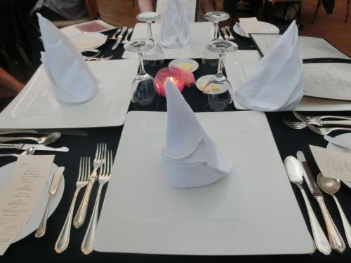 初日の夜はホテルのフレンチ・レストラン「ル・プラトー」(写真)に行く。単価5000円(税・サ別)相当のフルコース・ディナーの開始である。