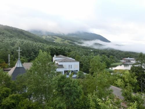8月24日(月)の朝6時起床、早速バルコニーに出てみると蓼科山に深く雲がかかっている。しかし、所々、雲の切れ間もあり天気が回復しそうである。