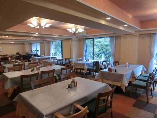 朝7時、オープンと同時に朝食レストラン(写真)に行き、窓側の席を確保する。夏のハイシーズン中は宿泊客が多く、メインの朝食会場(大宴会場)以外にもう1箇所レストランがオープンする。我々は外が見えるこちらを選ぶ。