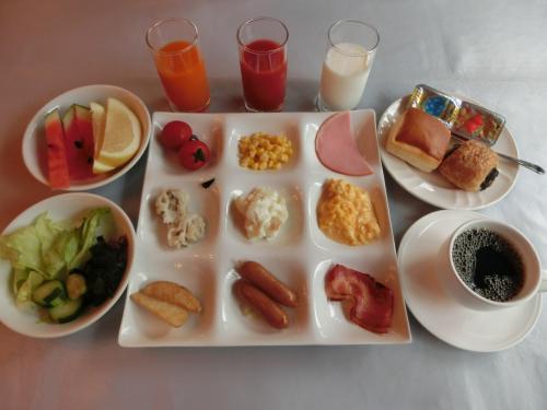 ビュッフェカウンターから先ずは洋食を中心に選んで私の朝食メニュー(写真)を作る。この他、和食メニューもある。
