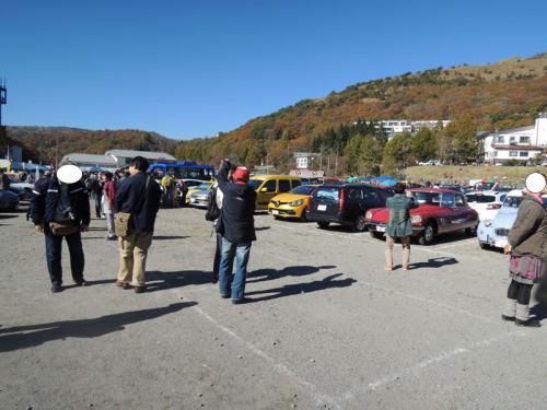 フレンチブルーミーティングは、広い駐車場にフリーマーケットやショップも並んでいる。参加者は、珍しい車を見つけると、観察モードに入っていた。