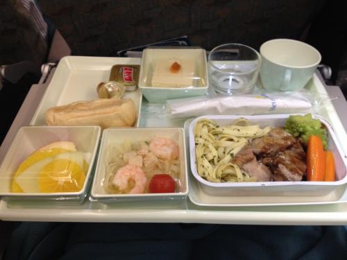 機内食。<br />座席にモニターがなく、5時間半のフライトが長かった。<br />飛行機もホテルも突っ込みどころ満載だったけど、激安ツアーだから文句はない。<br />
