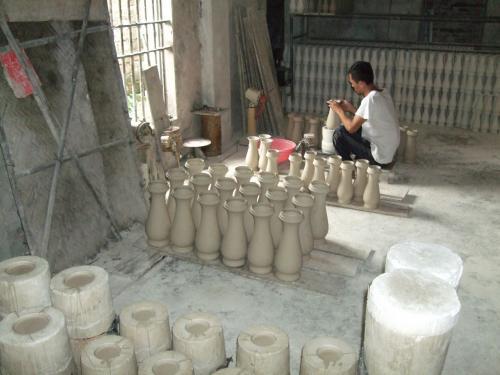 最初の目的地、バッチャン村に到着。<br />バッチャン焼きの制作を見学。