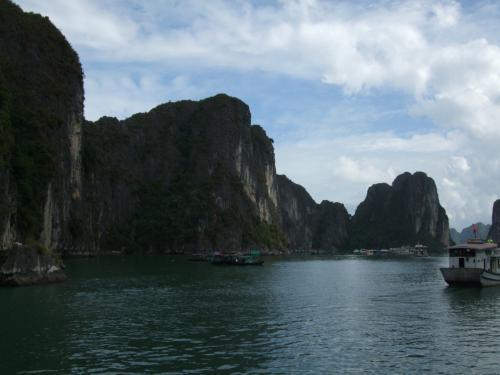 出発後、食事をとりながらハロン湾を堪能。<br />船上生活者の船の小ささにびっくり。