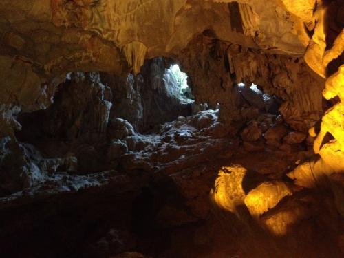 水上生活者がこの穴から鍾乳洞を発見したそう。<br />かなり高い位置にあります。<br />