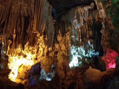 鍾乳洞内部は、カラフルにライトアップされています。鍾乳石や石筍が見事です。
