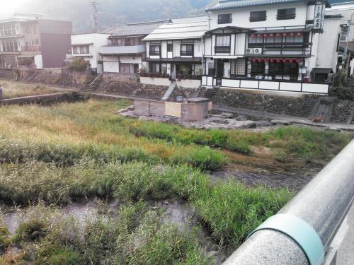 朝7時に起床、まずは宿のお風呂に入りましたが、やはり塩素臭が気になって、それなら河原風呂に行ってみようと川向うの河原風呂へ行ってみました。<br /><br />こちらは完全な掛け流し&塩素なし<br />http://www.travair.jp/hotspring/kinki/misasa_kawara.html<br /><br />時間があれば1時間は入っていたでしょうが、朝食の時間が迫っているので後ろ髪惹かれる思いで宿に戻ります。<br />