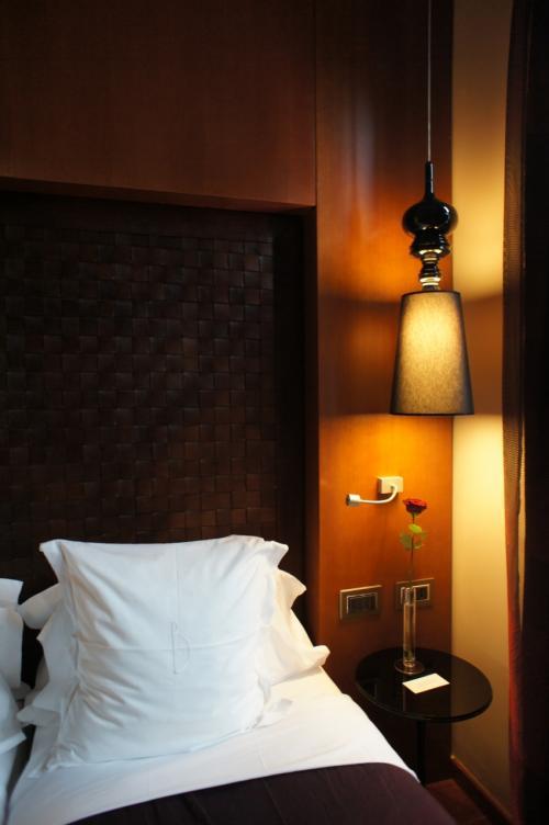 まずはホテルへチェックイン。<br /><br />今回パリの宿泊先に選んだのはホテルバンケ。<br />こちらのホテルに宿泊するのは、実は2回目です。<br /><br />オペラ座、ラファイエットから徒歩3分という非常に交通至便な位置に<br />あります!<br /><br />ツインを二部屋予約しましたが、残念なことに隣同士とは<br />なりませんでした。<br /><br />お部屋は照明の雰囲気など少々暗いイメージですが、<br />洗練されていて清潔です!