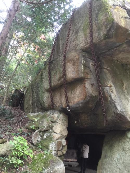 こちらは「岩屋堂」の名の由来となった大きな岩の祠<br />中には仏さまがまつってあります。