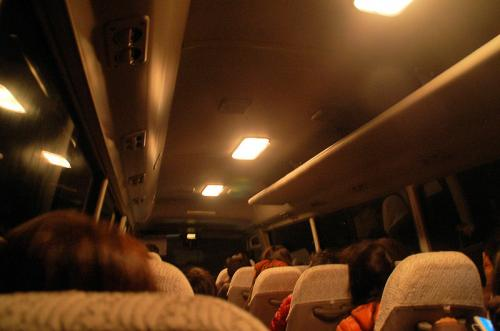 さて、いよいよ前夜祭。今回は、前夜祭に「車山パリ祭」というタイトルが付けられている。<br /><br />お酒を飲むので、無料シャトルバスで会場まで行く。