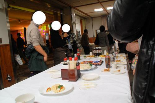 軽食が出るほか、信州そばやポトフなども食べられる。