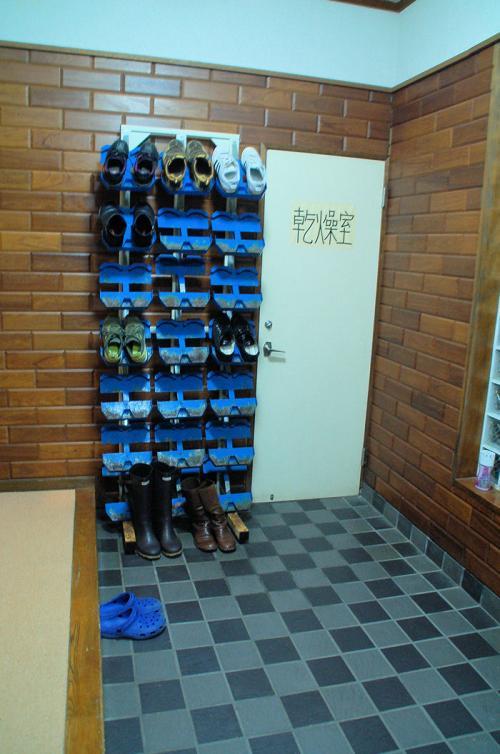 ペンションには、スキー靴を収納するところがあった。
