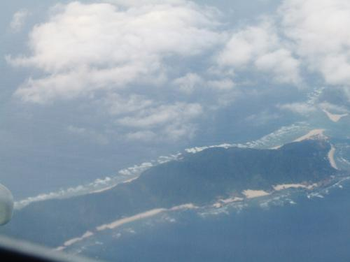 12月12日(土)15時55分、那覇空港を出て石垣空港に向かいます、下は渡嘉敷村に属する前島です。