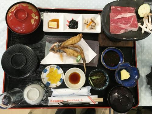やいま牛、グルクンの唐揚げ(頭から尻尾まで食べられる絶品)を使った和食膳