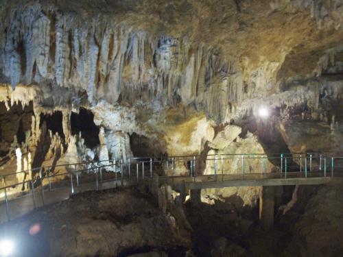 広い鍾乳洞地底の空間