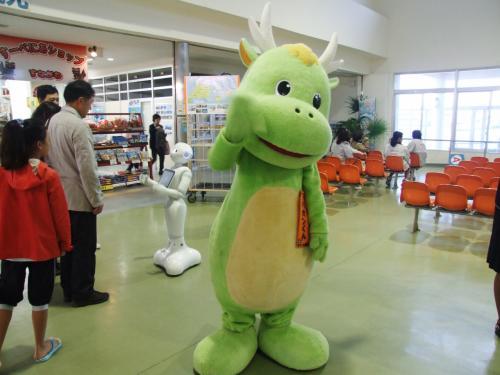"""2日目 12月13日(日)ホテルから歩いて10分の石垣港離島ターミナルに着きました、ドリーム観光のキャラクター""""ドリカンくん""""と""""ペッパー""""のお迎えです。"""