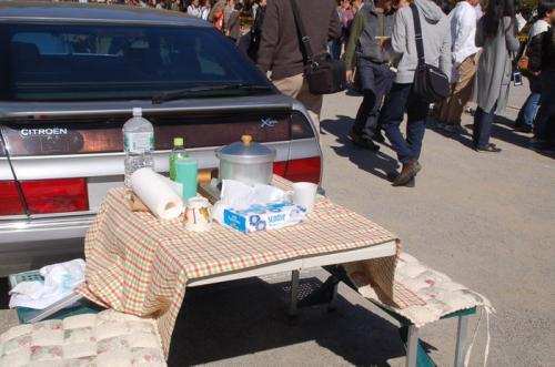 テーブルと椅子を出して、飲食できる場所を作っている人もいた。