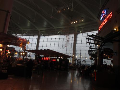 シアトルの空港で乗り換え。5時間は案外長い。食事、買い物、景色を見るなどしました。無料のWi-fiは通っています。