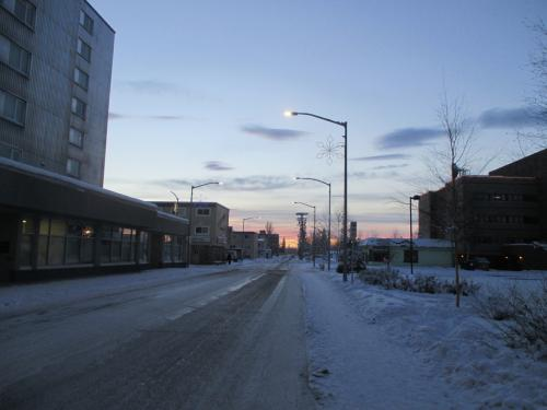 フェアバンクスのダウンタウンに向けて移動中。やっと日が昇ってきましたが、11時ごろです。